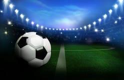 3D ha reso il pallone da calcio in bianco e nero sul campo verde in FO Fotografia Stock