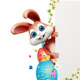 Coniglietto di pasqua che si nasconde dietro il segno con le uova