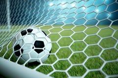 3d het teruggeven voetbalbal in doel Voetbalbal in netto met schijnwerper en stadion lichte achtergrond, Succesconcept Stock Foto