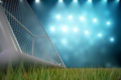 3d het teruggeven voetbalbal in doel Voetbalbal in netto met schijnwerper en stadion lichte achtergrond, Succesconcept Royalty-vrije Stock Fotografie