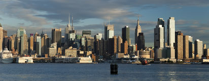 D'horizon de la ville haute de New York City Photos stock
