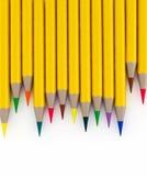 3d houten kleurrijke die potloden op wit worden geïsoleerd stock illustratie