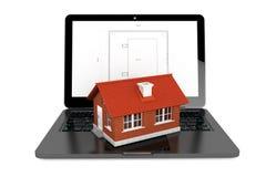 3d Huis over Laptop met de Blauwdruk van het Huisproject Royalty-vrije Stock Foto