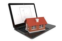 3d Huis over Laptop met de Blauwdruk van het Huisproject Royalty-vrije Stock Afbeeldingen