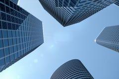 3D Illustratie blauwe wolkenkrabbers van een lage hoekmening De hoge gebouwen van het architectuurglas Blauwe wolkenkrabbers in f royalty-vrije illustratie
