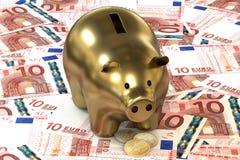 3d illustratie: Het gouden spaarvarken met de centen van het kopermuntstuk ligt op de achtergrond van bankbiljet tien Euro, Europ Stock Afbeeldingen