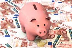 3d illustratie: Het roze spaarvarken met de centen van het kopermuntstuk ligt op de achtergrond van bankbiljet tien Euro, Europes Stock Foto