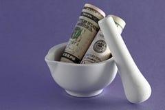 3d illustratie op witte achtergrond Dollars in mortier op purpere achtergrond Stock Foto's