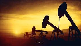 3d illustratie van de hefbomen van de oliepomp op zonsondergang Royalty-vrije Stock Afbeeldingen