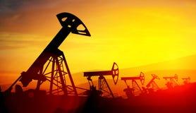 3d illustratie van de hefbomen van de oliepomp op zonsondergangachtergrond Stock Foto