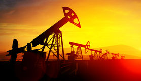 3d illustratie van de hefbomen van de oliepomp op zonsondergangachtergrond Royalty-vrije Stock Foto