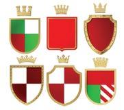 3D illustratie van heraldische schilden en gouden kronen isoleer stock illustratie