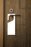 3D: Illustratie van Witboekuithangbord het hangen op een handvat van houten deurtoevlucht of hotel Stock Afbeelding
