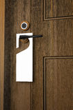 3D: Illustratie van Witboekuithangbord het hangen op een handvat van houten deurtoevlucht of hotel Royalty-vrije Stock Foto