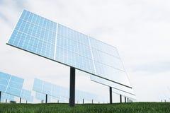 3D illustratiebezinning van de wolken op de photovoltaic cellen Blauwe zonnepanelen op gras Conceptenalternatief Royalty-vrije Stock Foto