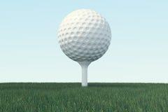 3D illustratiegolfbal en de bal in gras, sluiten omhoog mening over T-stuk klaar om worden geschoten Golfbal op hemelachtergrond Stock Afbeeldingen