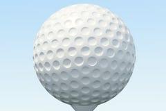 3D illustratiegolfbal en de bal in gras, sluiten omhoog mening over T-stuk klaar om worden geschoten Golfbal op hemelachtergrond Stock Foto's