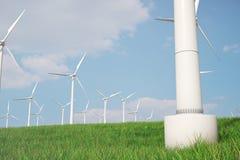 3d Illustration, Turbine auf dem Gras Alternative Stromquelle des Konzeptes Eco-Energie, saubere Energie Lizenzfreie Stockfotos