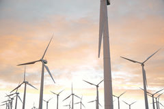 3d Illustration, Turbine auf dem Gras mit Sonnenunterganghimmelhintergrund Alternative Stromquelle des Konzeptes Eco Energie Stockbilder