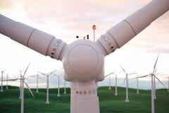 3d Illustration, Windkraftanlage mit Sonnenunterganghimmel Energie und Strom Alternative Energie, eco oder grüne Generatoren Stockbilder