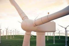 3d Illustration, Windkraftanlage mit Sonnenunterganghimmel Energie und Strom Alternative Energie, eco oder grüne Generatoren Stockfotos