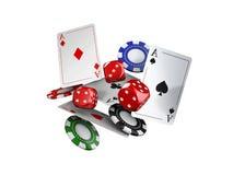 3d illustrazione, tema del casinò con colore che gioca i chip e le carte del poker Immagine Stock