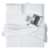 3D ilustracja nowożytny laptop na białym łóżku, wyśmiewa w górę tła Fotografia Stock