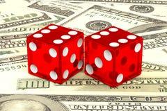 3d ilustracja: wysokiej jakości rendering przejrzyści dwa kłama na tle zieleni 100 dolar Mon czerwień dices z białymi kropkami Zdjęcie Royalty Free