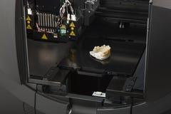 3D a impressora With Finished 3D imprimiu a ponte do implante dental Fotografia de Stock Royalty Free