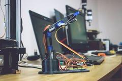 3D imprimiu o braço do robô com fios e painel de controlo Manipulador plástico, máquina-instrumento robótico da mão impressa em t fotografia de stock