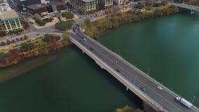 D'inclinaison vue aérienne courbe vers le bas de pont en rue de S 1er dans Austin banque de vidéos