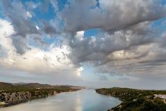 3D incomum nubla-se no céu sobre o passo do mar Imagem de Stock Royalty Free