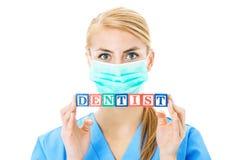 D'infirmière de Holding Blocks Spelling dentiste Over White Background  Image stock