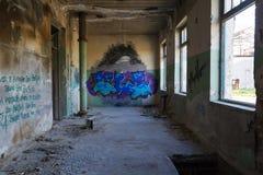D'intérieur d'un bâtiment industriel encombré abandonné photos libres de droits