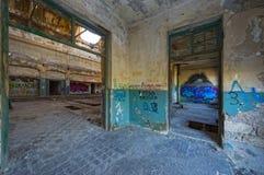 D'intérieur d'un bâtiment industriel encombré abandonné photographie stock libre de droits