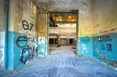 D'intérieur d'un bâtiment industriel encombré abandonné photo stock