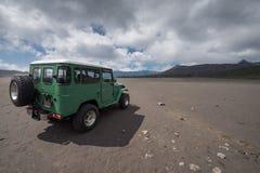 Dżipa wulkanu samochodowy krater Zdjęcia Stock