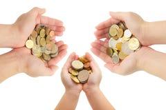 D'isolement des mains de l'humain tenant des pièces de monnaie Photos stock
