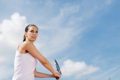 d'isolement jouant des jeunes de femme blanc de tennis Photos libres de droits