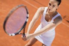 d'isolement jouant des jeunes de femme blanc de tennis Image libre de droits