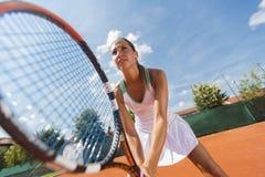 d'isolement jouant des jeunes de femme blanc de tennis Photographie stock libre de droits