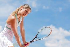 d'isolement jouant des jeunes de femme blanc de tennis Photo stock