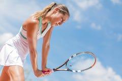 d'isolement jouant des jeunes de femme blanc de tennis Images libres de droits