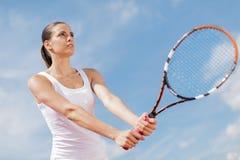 d'isolement jouant des jeunes de femme blanc de tennis Image stock