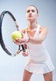 d'isolement jouant des jeunes de femme blanc de tennis Photo libre de droits