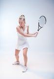 d'isolement jouant des jeunes de femme blanc de tennis Images stock