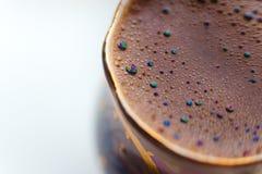 D'ISOLEMENT : Macro tir du café préparé dans une tasse ronde - étincelles d'arc-en-ciel avec des bulles image stock