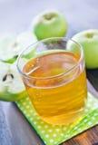 3d jabłczanych jabłek konceptualny spadać karmowego szklanego wizerunku soku naturalny przejrzysty Obraz Royalty Free
