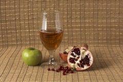 3d jabłczanych jabłek konceptualny spadać karmowego szklanego wizerunku soku naturalny przejrzysty Obraz Stock