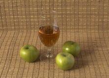 3d jabłczanych jabłek konceptualny spadać karmowego szklanego wizerunku soku naturalny przejrzysty Fotografia Stock